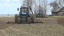 Беларусы МТЗ 1221 работают на культивации в СПК Гигант