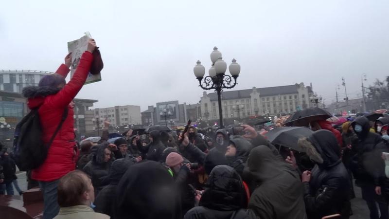 23 01 2021 Полиция говорит с митингующими на площади Победы Калининград