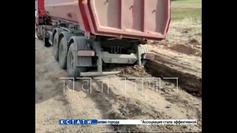 Асфальт в вязкое болото в котором тонут грузовики превратили нарушители ПДД в Кстовском районе