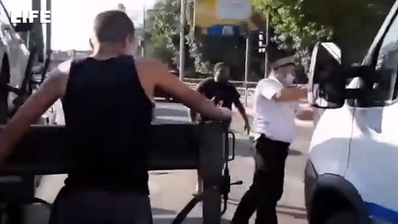 Набросились на полицейского после аварии