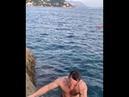 прыжок скала море смешное Грациозный прыжок полной туристки со скалы в море рассмешил интернет
