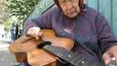 Посмотрите, как бабуля играет на гитаре блюз! Просто виртуоз!